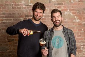 Olivier de Brauwere <i>(à gauche)</i> et Sébastien Morvan se sont rencontrés, dix ans auparavant, lors d'un échange universitaire au Canada. Crédits Photo: Brussels Beer Project.
