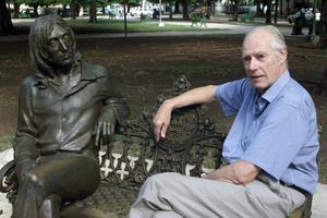 George Martin est installé à côté d'une statue de John Lennon, en octobre 2002, dans un parc de La Havade baptisé du nom du chanteur.