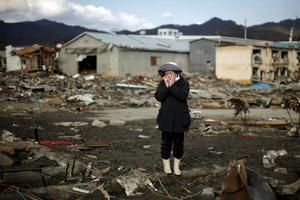 Une femme en larmes en voyant les ruines de sa maison à Kessenuma, le 28 mars 2011.