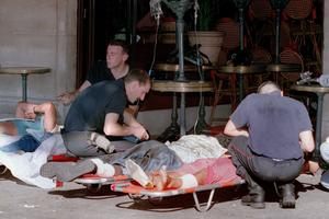 Un café transformé en hopital de fortune, après l'attentat du RER B en 1995.