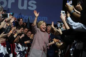 Hillary Clinton célèbre sa victoire mardi soir à New York.