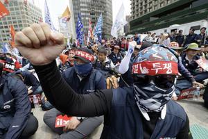 Un syndicaliste sud-coréen scande un slogan pendant une manifestation organisée à Séoul, dimanche.