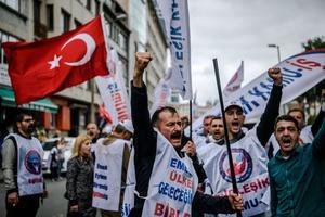 Des manifestants turcs dans le quartier de Sisli, à Istanbul, dimanche.