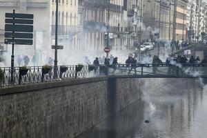 Les affrontements avec la police se sont poursuivis sur une passerelle au-dessus de la Vilaine.