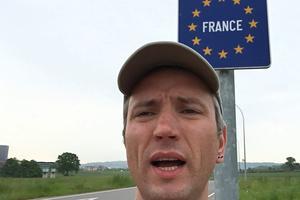 Adam Leyton devant le panneau de la France. (Adam Leyton/Twitter)