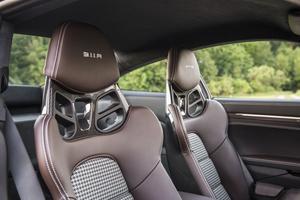 Les sièges baquets intégraux associent maintien et confort.