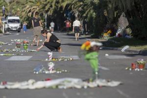 Des fleurs et des prières pour rendre hommage aux victimesde la tragédie de Nice.