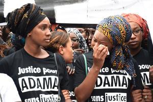 Assa Adama, la sœur du jeune homme, ici à droite, a participé à la marche.
