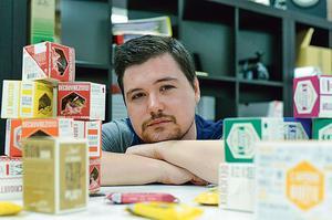 Portrait de Bastien Rabastens, cofondateur de l'entreprise Jimini's, qui vend des produits agroalimentaires à base d'insectes.
