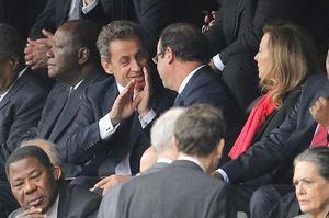 Le président Hollande et Nicolas Sarkozy en 2013 pour la cérémonie d'adieu à Nelson Mandela.
