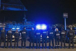 À Marseilles, a hundred police officers are rassemblés in the night on the Old Port.
