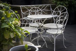 Sur la terrasse est installé un salon de jardin dessiné par Jean-Michel Frank.