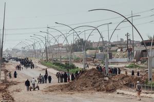 À Mossoul-Ouest, des civils fuyaient massivement les combats, dimanche, alors que 300.000 à 400.000personnes <br/>resteraient dans les zones encore tenues par l'État islamique.
