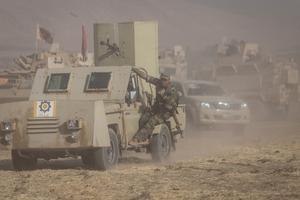 Blindés et fantassins lancés à l'assaut de Bashiqa, une ville chrétienne et yazidie aux mains de Daech, le 20 octobre.