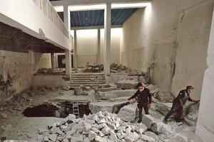 Des hommes de la Division de réaction rapide des forces irakiennes inspectent le musée de Mossoul, qui a été repris à Daech.