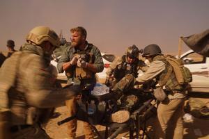 Pete Reed, un médecin américain, assiste un blessé, vendredi, sur la ligne de front autour de Mossoul.