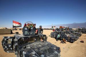 Les forces militaires irakiennes se rassemblent dans la base militaire près de Qayyarah.
