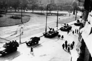 Les chars et camions soviétiques se retirent du centre de Budapest le 1er novembre 1956.