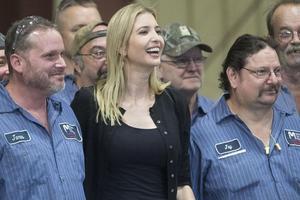 Ivanka Trump, la fille du candidat républicain, en compagnie de sidérurgistes pendant une visite dans une usine de Middletown (Ohio) début octobre.