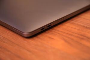 Les ports USB-C.