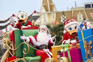 Le père Noël est àDisneyland Paris.