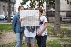 Une carte en60étapes pour(re)découvrir Parisen famille.