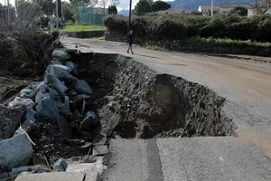 Une route partiellement détruite au lendemain des intempéries à Furiani en Corse.