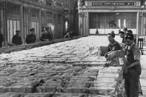 La gare d'Orsay sert de lieu de stockage et de tri des bulletins de vote pour le référendum constitutionnel de 1946.