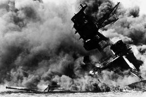 Le cuirassé USS Arizona bombardé par les Japonais le 7 décembre 1941.
