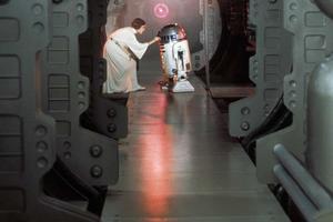 Leia remet les plans de l'Étoile noire à R2-D2 dans l' <i>Épisode IV</i>.