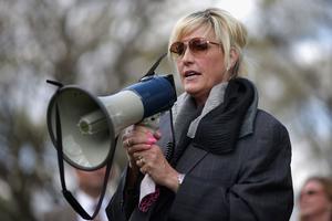 Erin Brockovich lors d'une manifestation devant la Maison Blanche en avril 2016.