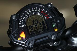 Kawasaki ne cède pas à la mode de l'instrumentation contenue dans un boîtier en forme de smartphone, comme le font par exemple Ducati et Yamaha.
