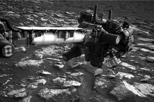 Vue du bras articulé de Curiosity portant la foreuse et les instruments d'analyse.