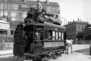 Tramway hippomobile dans les rues de Paris.