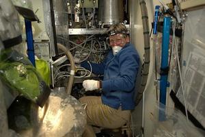 Peggy Whitson en pleine réparation des toilettes spatiales. Crédits photo: ESA/NASA