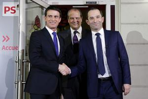 Manuel Valls et Benoît Hamon se serrant la main dimanche soir, après la victoire du second à la primaire socialiste.