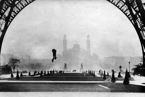 François Reichelt tombant de la tour Eiffel, en testant son habit-parachute le 4 février 1912.