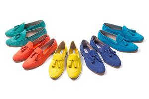 En raison de la souplesse des cuirs utilisés comme, ici, du nubuck, le montage des souliers reste très manuel et peut faire appel à 50opérations différentes.