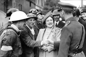 George VI et son épouse visitant Les quartiers bombardés lors des raids allemands en 1940.