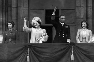 George VI et la famille royale d'Angleterre au balcon du palais de Buckimgham en mai 1945.