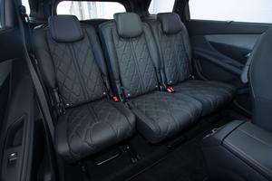 Les trois sièges arrière individuels coulissent sur 18 cm et leurs dossiers sont inclinables jusqu'à 31°.