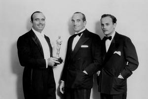Première ceremonie des Oscars en 1929: Douglas Fairbanks remet un Oscar d'honneur à Al Jolson et Darryl F. Zanuck pour le film «Le chanteur de jazz» (premier film parlant).