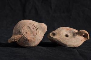 Lampes retrouvées dans le sanctuaire sur le site de Mariana.