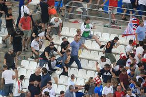 Des Russes sonnent la charge sur les Anglais après Angleterre - Russie au stade Vélodrome le 11 juin