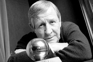 Raymond Kopa et son Ballon d'or obtenu en 1958.