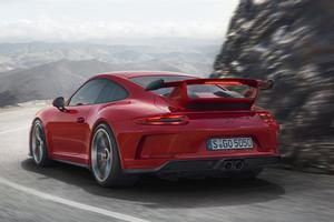La GT3 adopte un nouvel aileron arrière en carbone.