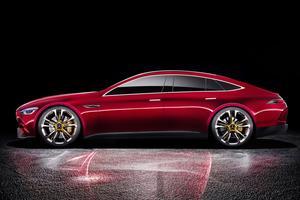 De profil, le concept AMG fait penser à la Porsche Panamera.