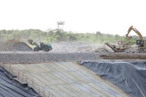 Le granite extrait lors du creusement est concassé pour être utilisé dans le béton.
