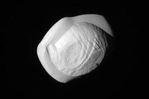 Le disque de matière qui encercle Pan n'est pas régulier.