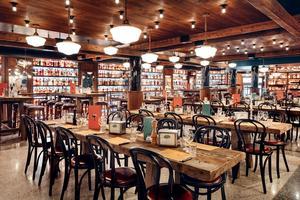 La vaste salle de Pizzeria Popolare.